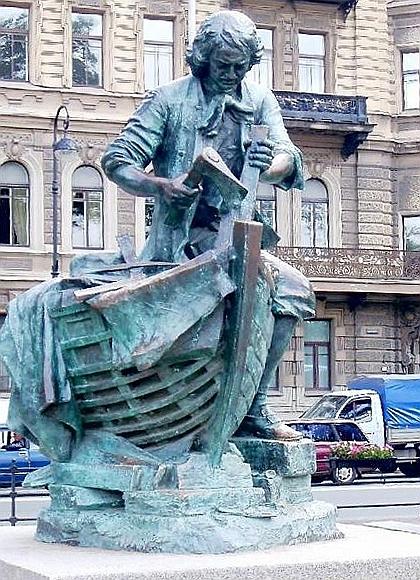 Monumento a Pedro I en los Países Bajos. Está representado trabajando de incógnito en los astilleros neerlandeses, durante la Gran Embajada, momento en el que entró en contacto directo con la tradición naval de Europa Occidental.