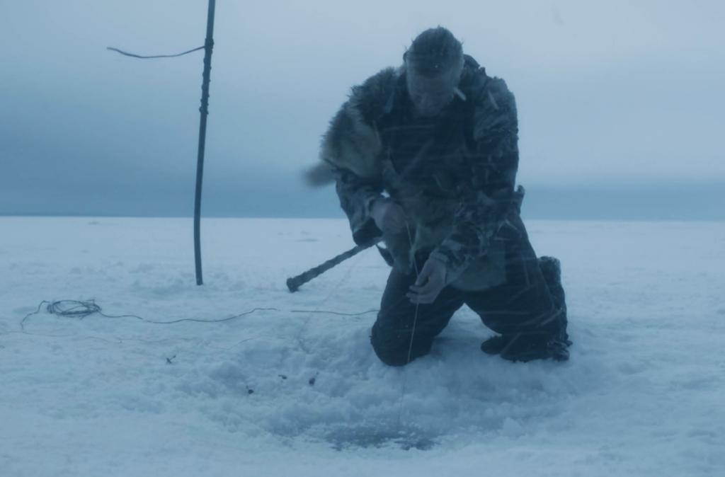 Bjorn utilizando una técnica de pesca inuit.