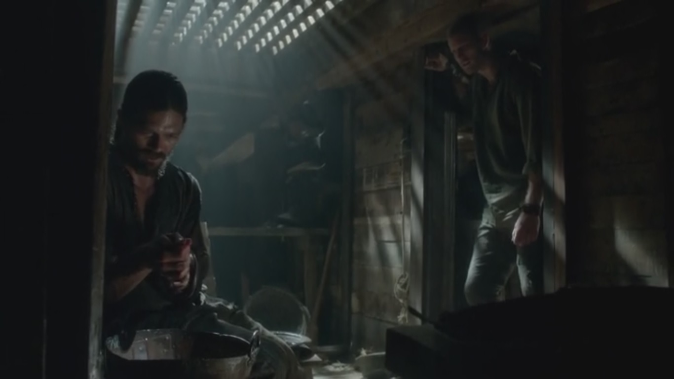 Billy va a hablar con John mientras éste saca agua del pescado